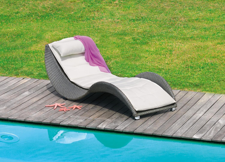 Lettino limoges impilabile in rattan sintetico wicker for Sdraio bordo piscina