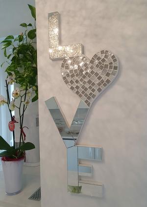 Scritta Love in mosaico