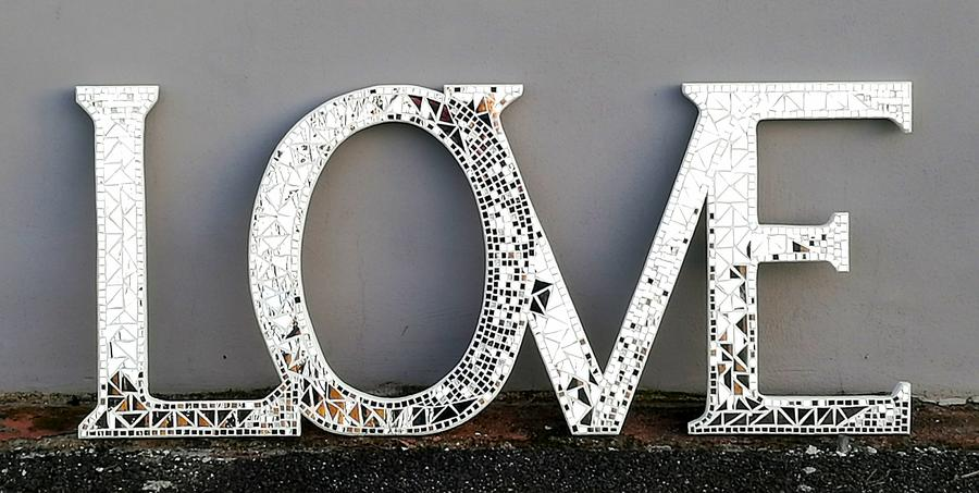 Scritta Love, luce purissima