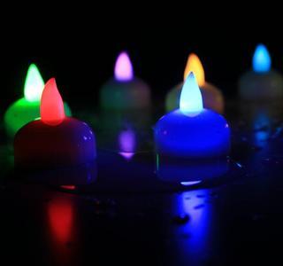 CANDELE GALLEGGIANTI LED RGB A BATTERIA ACQUA SENSORE 12 PZ. SENZA FIAMMA MATRIMONIO COMPLEANNO SAN VALENTINO
