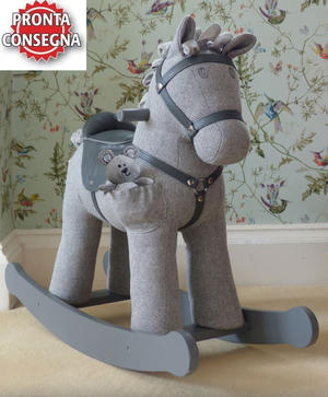 Cavallo a Dondolo in Tessuto Stirling & Mac Rocking Horse da 12 Mesi con pupazzetto di Little Bird Told Me