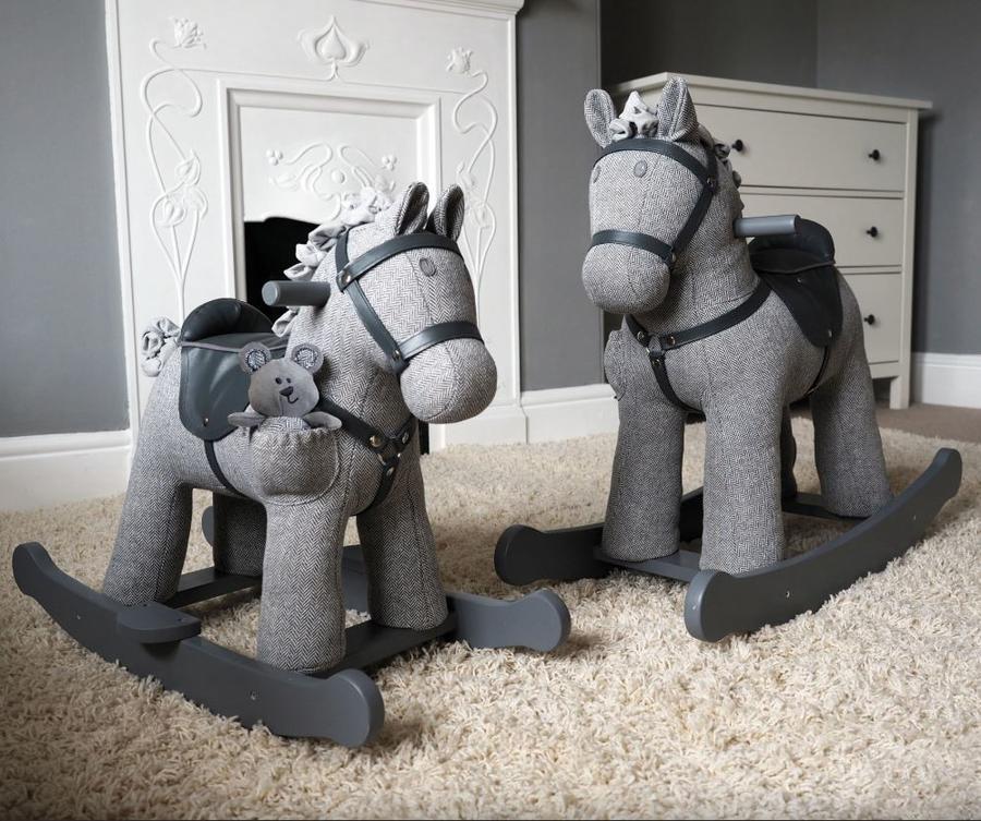 Cavallo a Dondolo in Tessuto Stirling & Mac Rocking Horse da 12 Mesi con pupazzetto di Little Bird Told Me