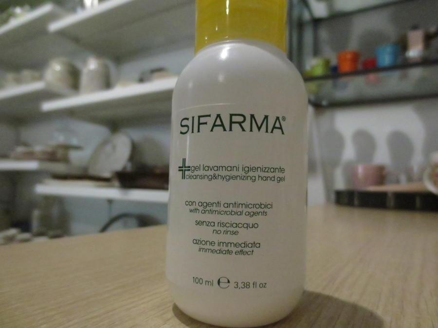 Mascherine e  KIT protezione 5 + 1 omaggio composto da : 5 confezioni SIFARMA gel lavamani igienizzante 100 ml senza risciacquo + 1 set mascherine monouso di 20 mascherine