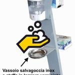 Sqthumb colonnina automatica dispenser igienizzante con salvagoccia e portaposter 500 1024