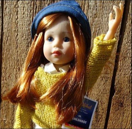 Bambola da Collezione in Vinile Yella Alta cm 46 con Cappellino e Capelli Rossi di Schildkrot Qualità Made in Germany