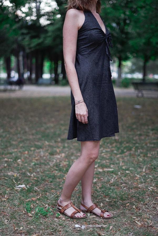 Vestido corto de mujer Medha atado al cuello - gris oscuro
