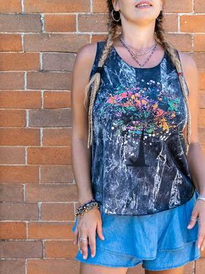Camiseta sin mangas mujer Ramita negro lavado – árbol colorido