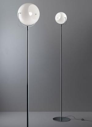 Lampada da Terra Beluga White di Fabbian con Diffusore Orientabile in Vetro Soffiato Bianco Lucido e Struttura in Cromo - Offerta di Mondo Luce 24