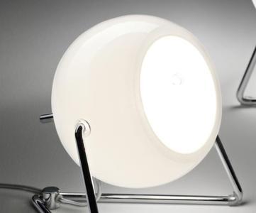 Lampada da Tavolo Beluga White di Fabbian con Diffusore Orientabile in Vetro Soffiato Bianco Lucido e Struttura in Cromo - Offerta di Mondo Luce 24
