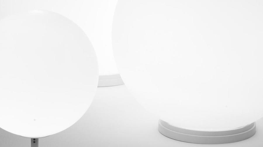 Lampada da Tavolo con Stelo Lumi Sfera di Fabbian con Struttura in Metallo o Poliestere e Diffusore in Vetro Soffiato Bianco Satinato, Varie Misure - Offerta di Mondo Luce 24