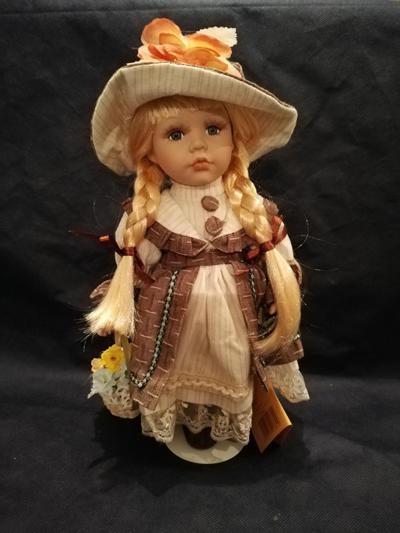 Bambola da Collezione in Porcellana con Capelli Biondi e grosso Fiore sul cappello  RF Collection qualità Made in Germany