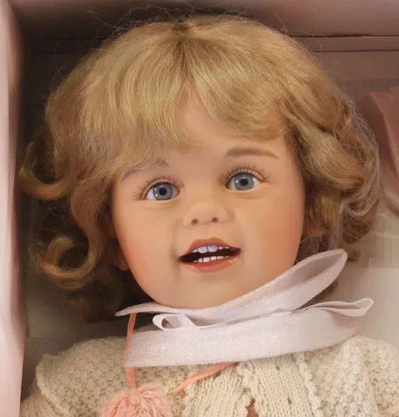 """Bambola da Collezione Vinile """"Klara di Sissel B. Skille"""" Morbidi Riccioli e Slittino edizione limitata 100 pezzi Gotz Made in Germany"""