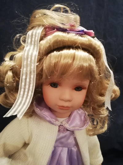 Bambola da Collezione in Porcellana Bambina con Vestito Lilla e Orsetto in Peluche RF Collection qualità Made in Germany 119916 c151