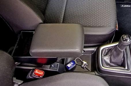Bracciolo regolabile con portaoggetti per Suzuki Swift (dal 2017)