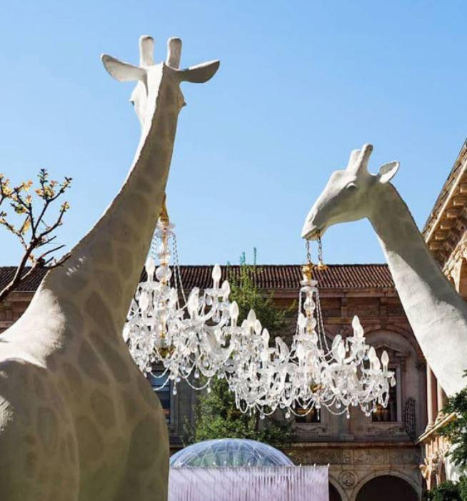 Lampada da Terra Giraffa In Love Outdoor di Qeeboo in Fibra di Vetro - Offerta di Mondo Luce 24