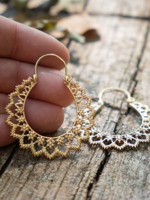 Orecchini oro ovali con greche fiorellini  e chiusura a gancio