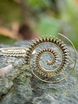 Orecchini oro rotondi con spirale a raggi di sole