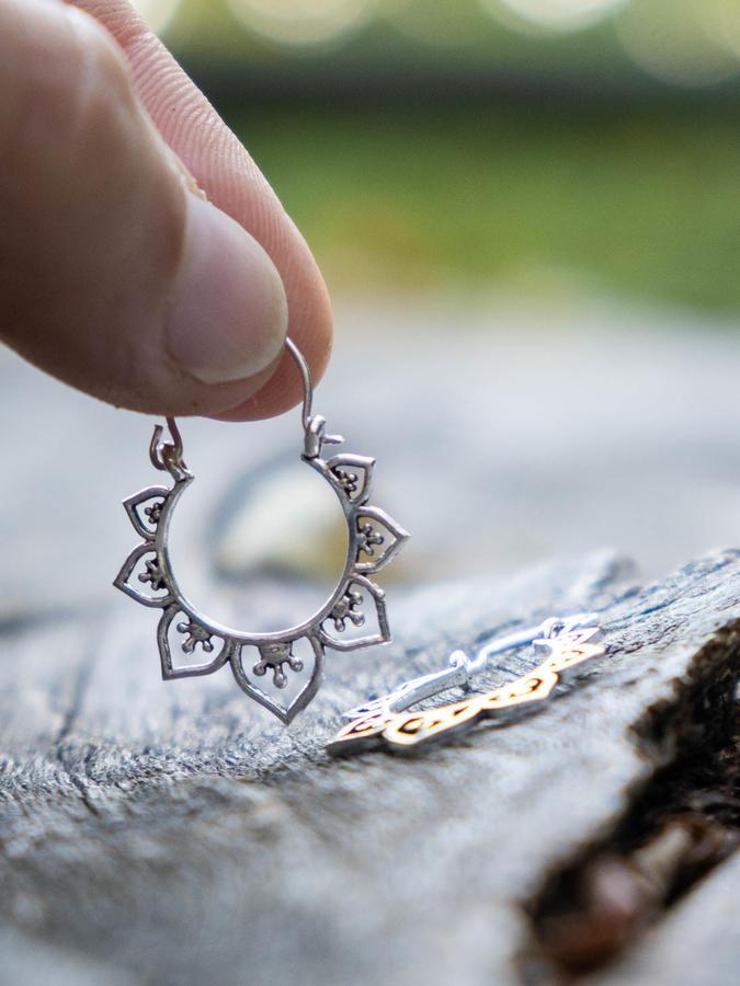 Pendientes pequeños redondos de plata con patrón de pétalos en forma de corazón