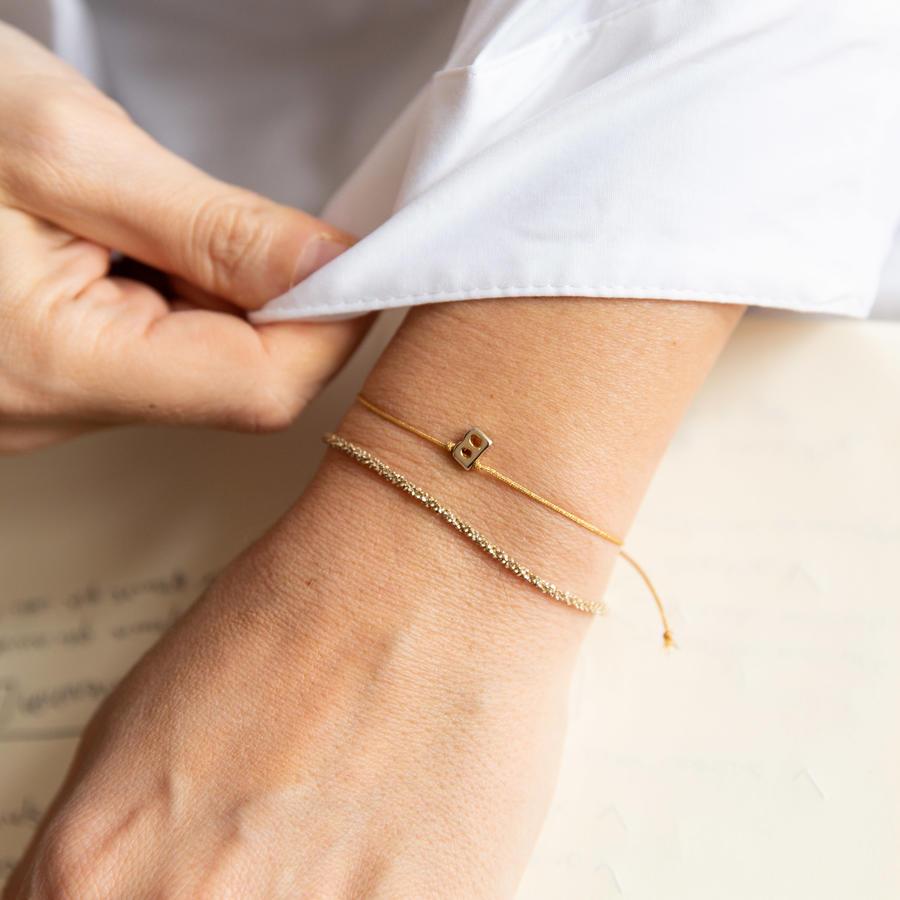 Bracciale di seta dorata con lettera