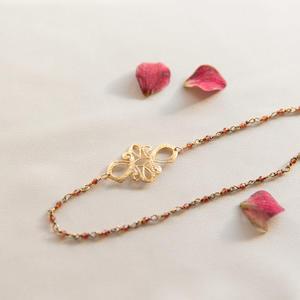 Collana con piccole pietre di rodolite e fiore dorato