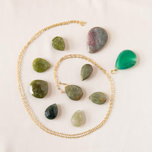 Collana con goccia di pietra sui toni del verde