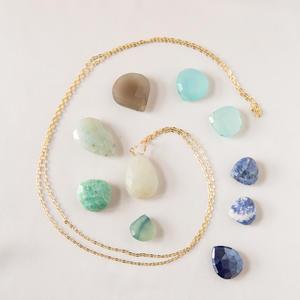 Collana con goccia di pietra sui toni dell'azzurro
