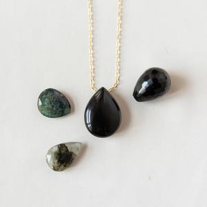 Collana con goccia di pietra sui toni del nero
