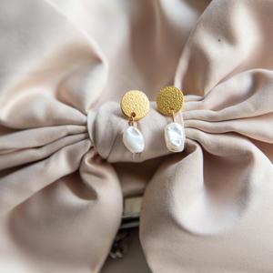 Orecchini con perno zigrinato e perla
