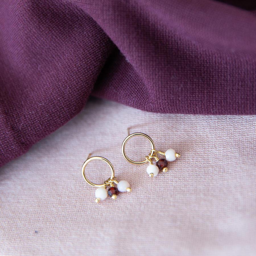 Orecchini tondi in gold-filled con piccoli ciondoli bicolore [ + colori ]