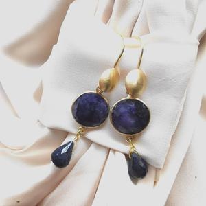 Orecchini con monachella in argento dorato e agata blu