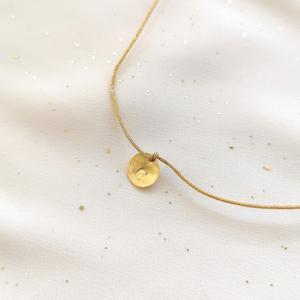 Girocollo con cordino di seta dorata e moneta in gold-filled con lettera incisa