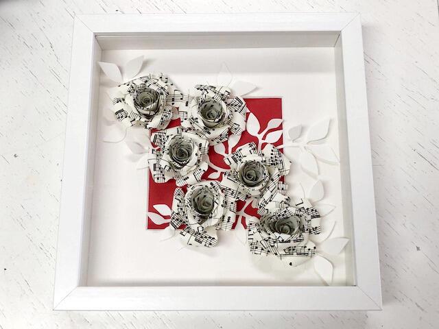 Cornice 25x25x4,5 cm con rose di carta Ø 6 cm