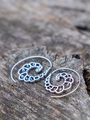 Mini pendientes plateados espiral con forma de concha