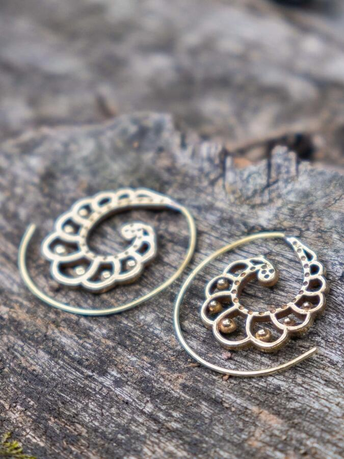 Mini spiral brass earrings with shell shape