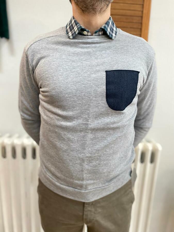 Felpa grigia con taschino jeans
