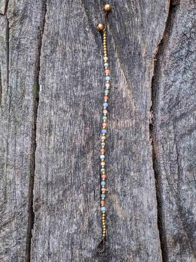 Braccialetto con chiusura a cappio e campanellini - pietre miste