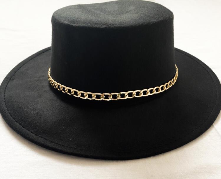Cappello con dettaglio catena dorata