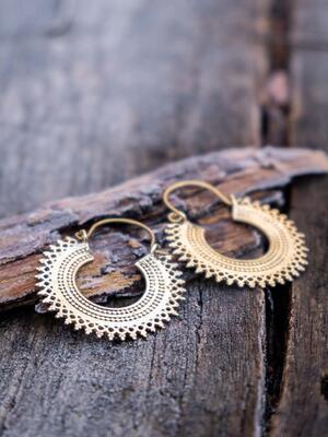 Orecchini ottone ad anello con greca Sole e chiusura a gancio