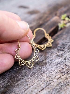 Orecchini ottone mini, rotondi con greche di petali a cuore