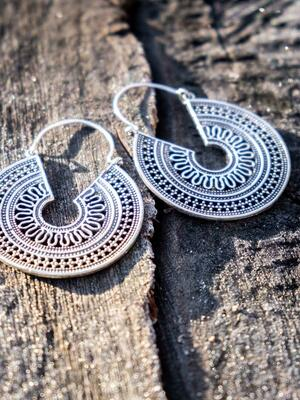 Orecchini argento rotondi con greche interne e chiusura a gancio