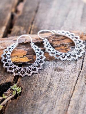 Orecchini argento ovali con greche fiorellini e chiusura a gancio