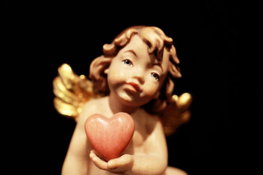 Angelo che porge il cuore