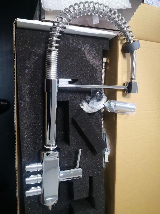 Miscelatore 5 vie con doccetta per acqua fredda,frizzante,ambiente più l'acqua calda e fredda dell'impianto di casa con manopole.