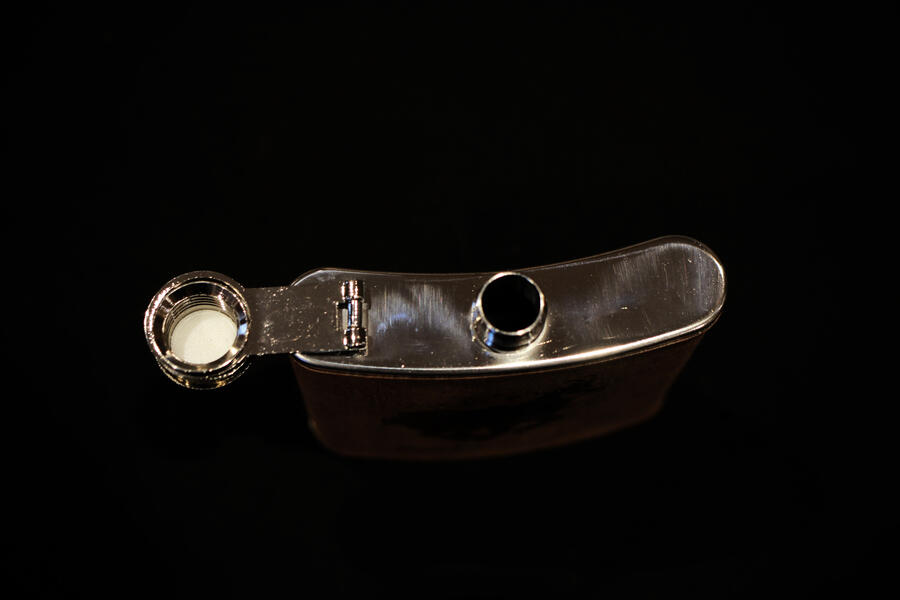 Fiaschetta lupo in acciaio e legno