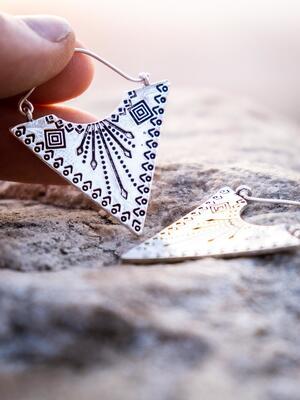 Orecchini pendenti ottone placcato argento a punta e grafica tribale