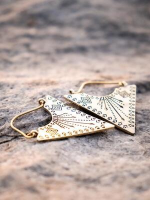 Orecchini pendenti ottone naturale a punta con greche tribali