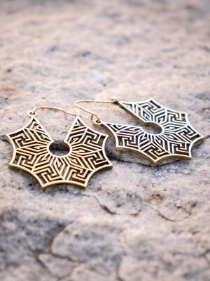 Orecchini pendenti ottone naturale con greche labirinto