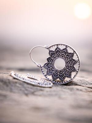 Orecchini pendenti ottone placcato argento rotondi a fiore etnico
