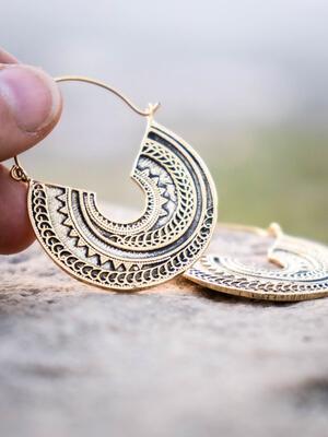 Orecchini pendenti ottone naturale forma circolare tribale