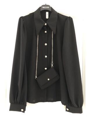 Camicia con bottoni gioiello e mini borsa